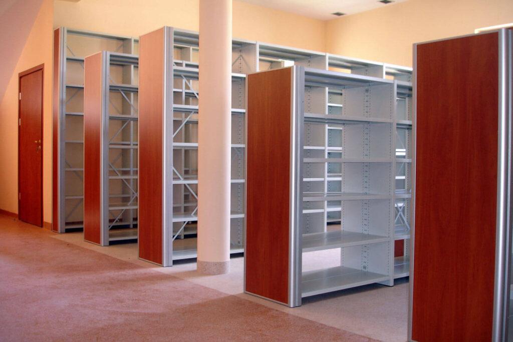 Regały biblioteczne z panelami meblowymi